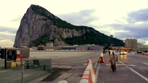 Gibraltar Rock von der Landebahn des Flughafens aus