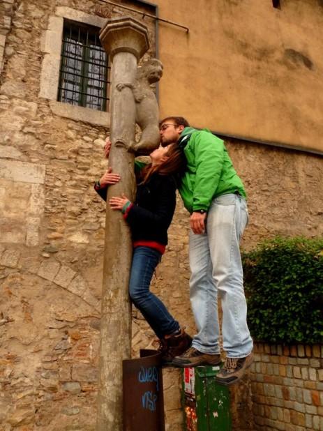 Besar el culo de la leona en Girona