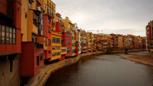 An Gironas gleichnamigen Fluss - die Häuser in Kataloniens Nationalfarben