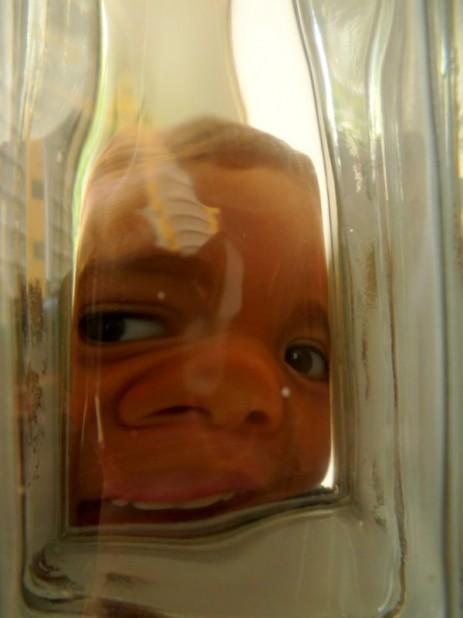 Der kleine Rodrigo durch einen Glasbaustein