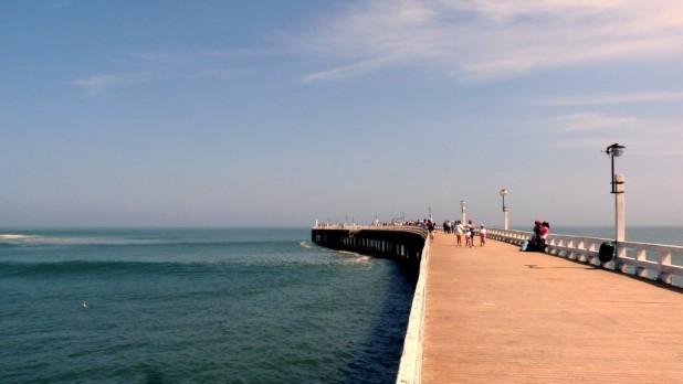 Das Pier von Cerro Azul. Links und rechts sprangen Delfine umher.