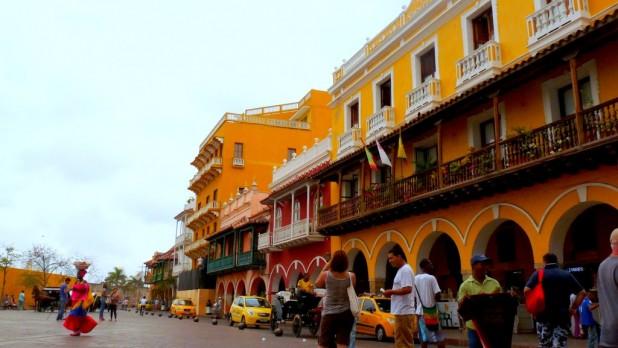 Hauptplatz von Cartagena und Frau mit Fruchtkorb auf dem Kopf (Palenquera)