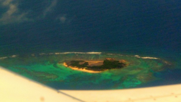 Eine der Inseln vor Kolumbien. Die Fotoqualität ist der verschmierten Scheibe des Flugzeugs zu verdanken.