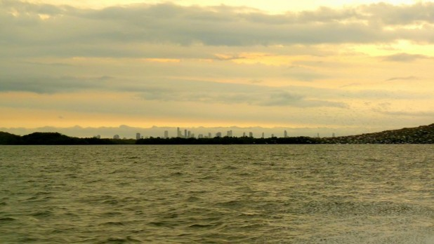 Die Skyline von Cartagena überragt eine Insel bei der Anfahrt