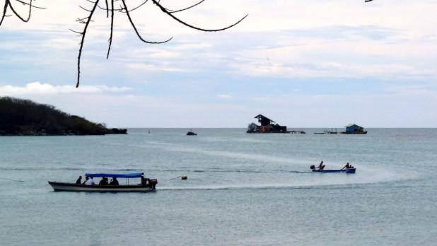 Fischer bei der Arbeit. Häuser die im Wasser stehen.