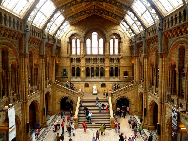 Haupthalle des Natural History Museums mit Darwin Statue