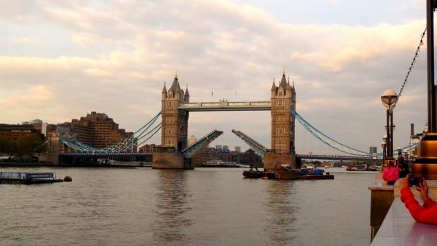 Tower Bridge geöffnet bei Sonnenuntergang