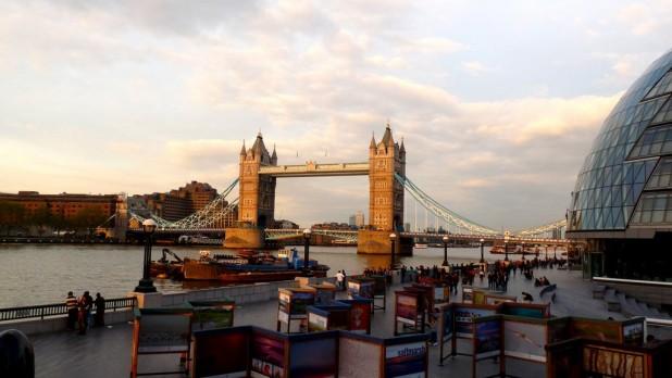 Tower Bridge und Rathaus (rechts)