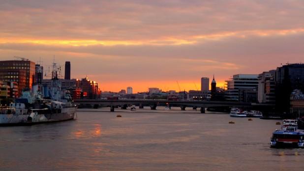 Sonnenuntergang über der Thamse, von der Tower Bridge aus