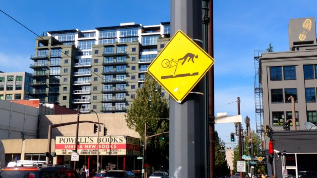 Fahrradfahren lernen vor dem besten Buchladen der Welt