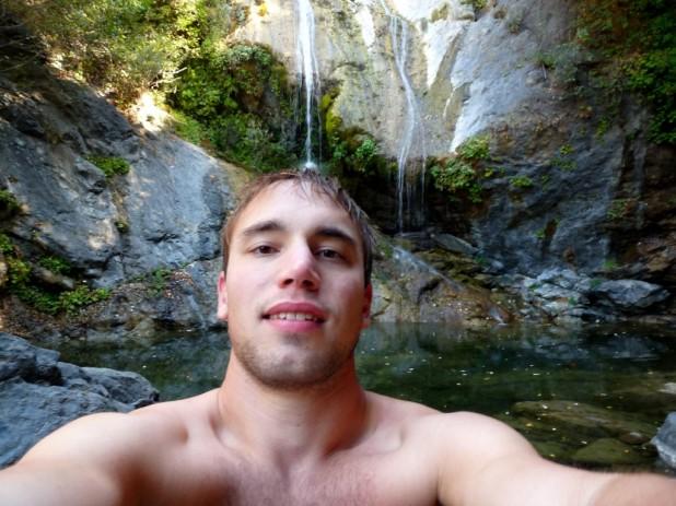 Zufällig einen einsamen Wasserfall zum Baden gefunden
